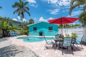 Blue Turtle Cottage Pool & Backyard